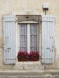 Janela velha com os obturadores no estilo de Provence Cortinas brancas foto de stock royalty free