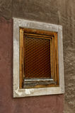 Janela velha com quadro de madeira na parede de tijolo Foto de Stock