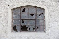 Janela velha com vidro quebrado Foto de Stock