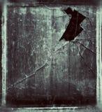 Janela velha com vidro quebrado fotos de stock
