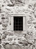 Janela velha da cadeia da prisão com as barras de metal oxidadas Imagem do estilo do vintage imagem de stock royalty free