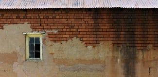 Janela velha de Clay Brick Warehouse Wall With fotografia de stock