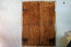 Janela velha de madeira na casa da vila fotografia de stock royalty free