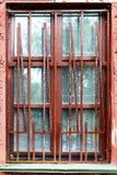 Janela velha de uma casa abandonada imagem de stock
