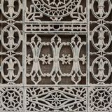 Janela velha do Grunge decorada com testes padrões florais do ferro imagem de stock royalty free