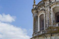 Janela velha e do vintage em uma cidade portuguesa de uma igreja Fotos de Stock Royalty Free