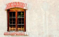 Janela velha em uma parede de tijolo Fotos de Stock