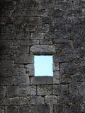 Janela velha em vidro leaded da parede de pedra do trabalho Foto de Stock Royalty Free