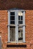 Janela velha na parede de tijolo imagem de stock royalty free