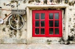 Janela velha vermelha do vintage Fotografia de Stock Royalty Free