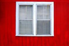 Janela vermelha do branco da parede Fotos de Stock Royalty Free