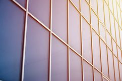 Janelas azuis contínuas do prédio de escritórios Parede de vidro foto de stock royalty free