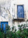 Janelas azuis do vintage em Palaiochora em crete de Grécia Foto de Stock Royalty Free