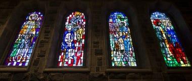 Janelas bonitas coloridas da igreja ilustração do vetor