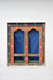 Janelas butanesas artísticas com cortina azul Fotos de Stock