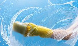 Janelas da limpeza com pano especial fotos de stock