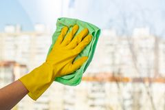 Janelas da limpeza com pano especial Limpeza da primavera foto de stock