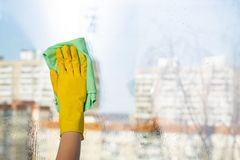 Janelas da limpeza com pano especial Limpeza da primavera imagem de stock royalty free