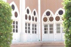 Janelas da porta e do espelho da mesquita a mais bonita de Masjid no céu e em nuvens islâmicos bonitos do projeto da arte de Tail Foto de Stock Royalty Free