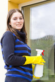 Janelas de lavagem da casa da empregada doméstica bonita Foto de Stock
