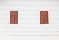 Janelas de madeira de Brown na casa de madeira branca Foto de Stock