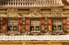 Janelas de madeira decorativas do russo tradicional Foto de Stock Royalty Free