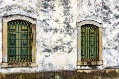 Janelas de madeira históricas velhas e envelhecidas da igreja Imagens de Stock Royalty Free