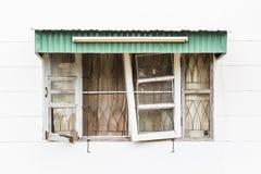 Janelas de madeira quebradas velhas no muro de cimento branco Imagem de Stock