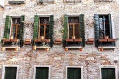 Janelas de madeira tradicionais antiquados em Veneza, Itália foto de stock royalty free