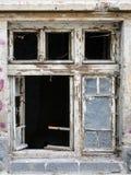 Janelas de madeira velhas com vidro quebrado Pintura ausente descascada A parte do quadro é quebrada fotos de stock