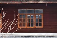 Janelas de madeira velhas da casa em Tailândia fotografia de stock royalty free