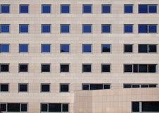Janelas de Reflectiwe de um grande prédio de escritórios Fotografia de Stock Royalty Free