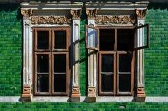 Janelas de Tqo na parede da casa verde Imagem de Stock Royalty Free