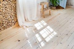 Janelas de vidro com cortinas brancas, flor em um potenciômetro no assoalho e vista sobre as árvores Foto de Stock