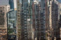Janelas de vidro da torre da limpeza na cidade de Abu Dhabi fotografia de stock royalty free