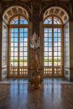 Janelas de vidro do palácio luxuoso no palácio de Versalhes, França Foto de Stock Royalty Free