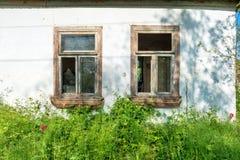 Janelas de vidro quebradas em uma casa Imagens de Stock Royalty Free