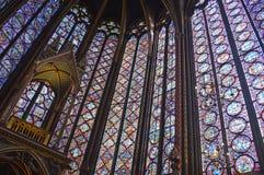 Janelas de vitral bonitas da vista angular no nível superior Sainte-Chapelle interior Paris França fotos de stock