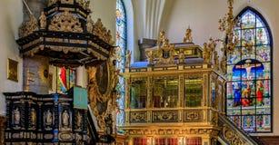 Janelas de vitral e interior da igreja alemão no estoque Fotos de Stock Royalty Free