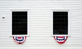 Janelas decoradas em uma construção colonial branca em Nova Inglaterra Foto de Stock Royalty Free