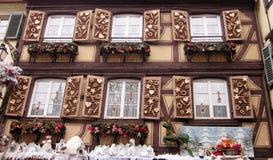 Janelas decoradas para o Natal, ornamento festivos rustical Imagem de Stock