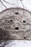 Janelas defensivas da fortaleza na fachada redonda da fortaleza Fotos de Stock Royalty Free