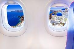 Janelas do avião com opinião de Santorini em Grécia imagem de stock