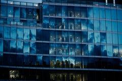 Janelas do escritório na noite Fotografia de Stock Royalty Free