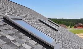 Janelas e claraboias bonitas do telhado contra o céu azul fotografia de stock royalty free