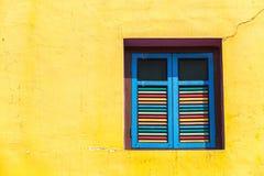 Janelas e detalhes coloridos em uma casa colonial em pouca Índia Fotos de Stock Royalty Free
