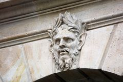 Janelas e detalhes dos balcões da arquitetura de Paris na arte arquitetónica da cidade francesa em Europa imagem de stock royalty free