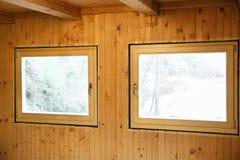 Janelas eficientes novas instaladas na casa de madeira Foto de Stock Royalty Free