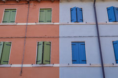 Janelas italianas azuis e verdes coloridas em casas coloridas Fotos de Stock