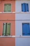 Janelas italianas azuis e verdes coloridas em casas coloridas Fotos de Stock Royalty Free